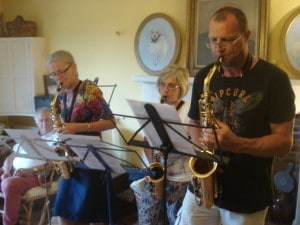 Saxophone 1 : 1 players enjoying trios
